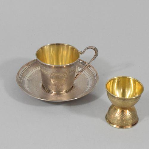 Lot d'argenterie composé d'une tasse et son dessous à décor guilloché inscrivant…