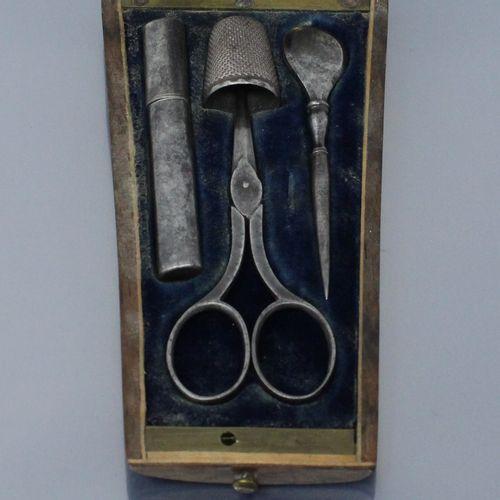 Nécessaire à couture en métal, dans un écrin en palissandre et incrustation de l…