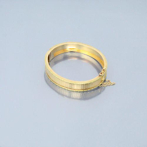 Bracelet rigide en or jaune 18k (750) ouvragé d'un semi de fleurettes.  Poinçon …
