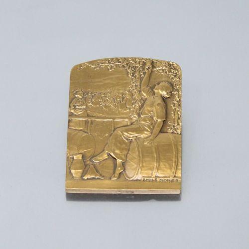 Emile MONIER (1883 1970).  Médaille en bronze à patine doré commémorant vraisemb…