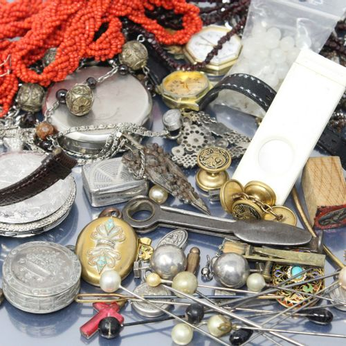 Fonds de tiroirs : deux montres bracelet, des colliers divers, une montre en mét…