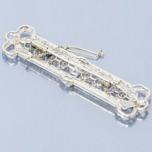 Débris : monture de broche rectangulaire en or gris 18k (750) formant noeuds aux…