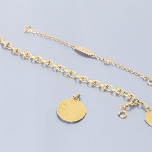 Lot d'or jaune 18k (750) composé de débris de bracelet.  Poids : 7.36 g.  On y j…