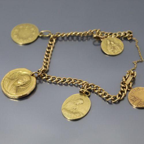 Gourmette en or jaune 18k (750) ornée de cinq médailles religieuses en or.  Poid…