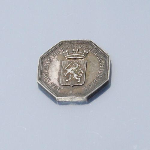 Jeton octogonal en argent des Notaires de LYON.  Avers : les armes de la ville L…
