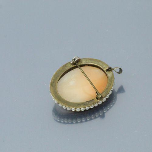 Camée coquille figurant un profil gauche féminin dans un entourage de perles, mo…