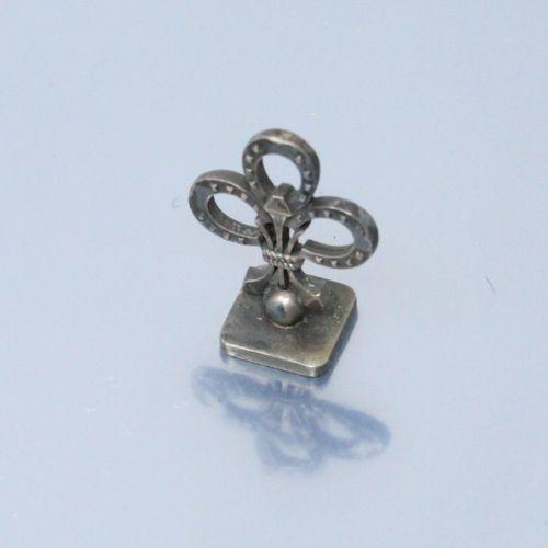 Sceau en métal la prise composée de trois fers à cheval formant une fleur de lys…