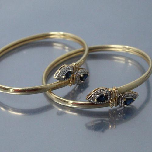 Lot de deux bracelets rigides en or jaune 14k (585) ornés chacun de deux saphirs…