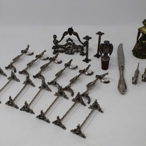 Lot composé :   trois teckels formant repose couteau en métal argenté   deux rep…