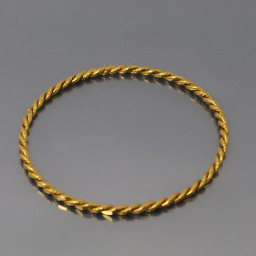 Bracelet rigide tressé en or jaune 18k (750)  Poids : 17.05 g.