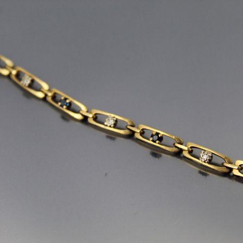 Bracelet en or jaune 18k (750) orné de saphirs et diamants.  Tour de poignet : 1…
