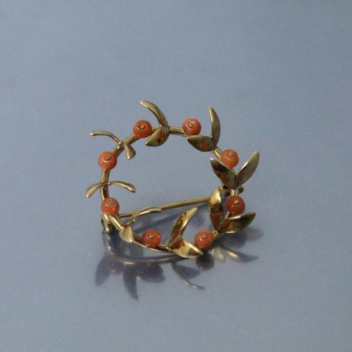 Broche ronde en or jaune 18k (750) ornée de perle de corail.  Poids brut : 6.33 …