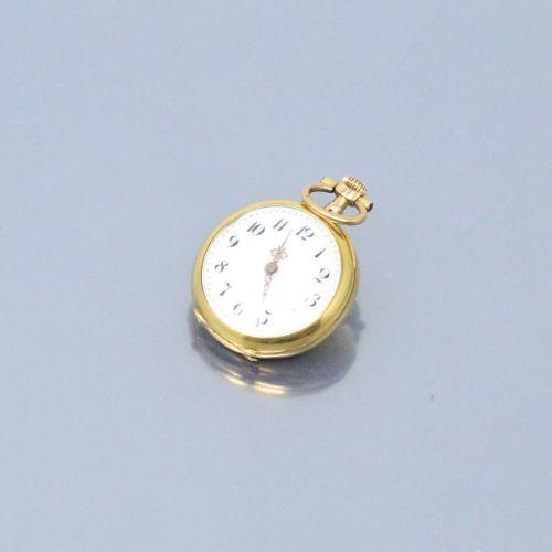 Montre de col en or jaune 18k (750), cadran à fond émaillé blanc, chiffres arabe…