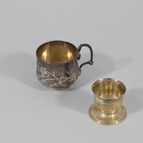 Ensemble en argent (Minerve) :   une tasse à décor d'une guêpe, de deux oiseaux …