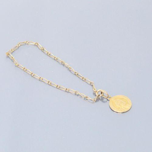 Bracelet en or jaune 9k (375) à maille cheval et une médaille en or jaune 18k (7…