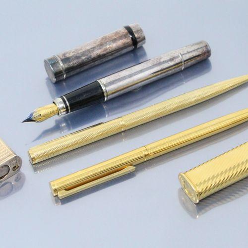一套三支金属笔,两支署名登喜路,一支署名Michaela Frey。  包括两个登喜路打火机。
