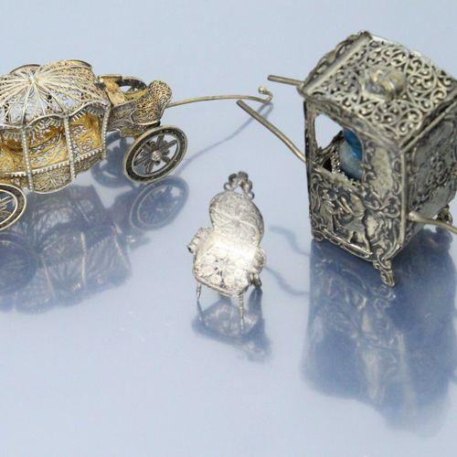 Trois objets de vitrine :   carrosse en métal filigrané. L. : 7.50 cm.   Chaise …