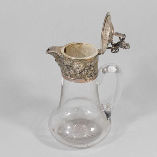 Aiguière en verre montée en argent à décor d'un mascaron et de pampre. La prise …