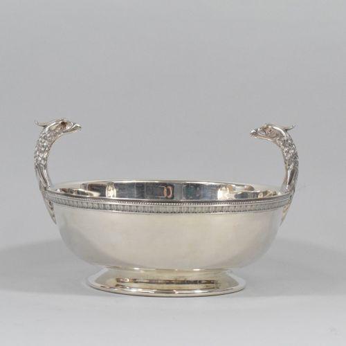 Coupe à têtes d'aigles sur chaque côté en métal argenté.  Orfèvre : Christofle. …