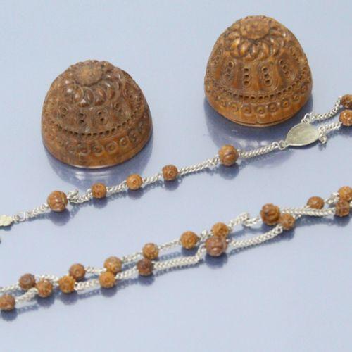 """Oeuf en noix de corozo à décor ajouré contenant un chapelet """" souvenir de péleri…"""
