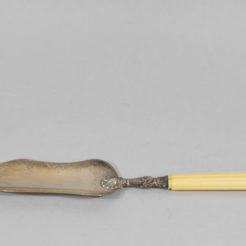 A Minerva silver fish shovel with a floral and foliage scroll design. The handle…