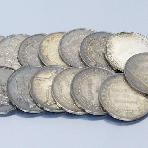 14 jetons ronds en argent.  Avers : Minerve assise vers la gauche tenant dans le…