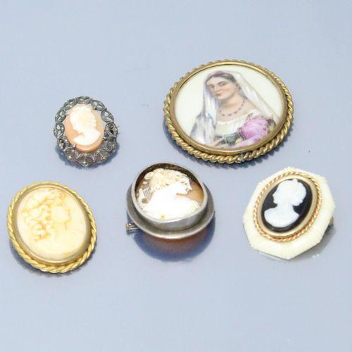 Ensemble de cinq broches :   plaque en porcelaine peinte d'un buste de femme, mo…