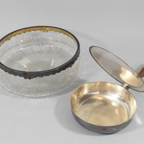 Lot comprenant un saladier et un poêlon couvert en métal.    Poids brut: 1822g.