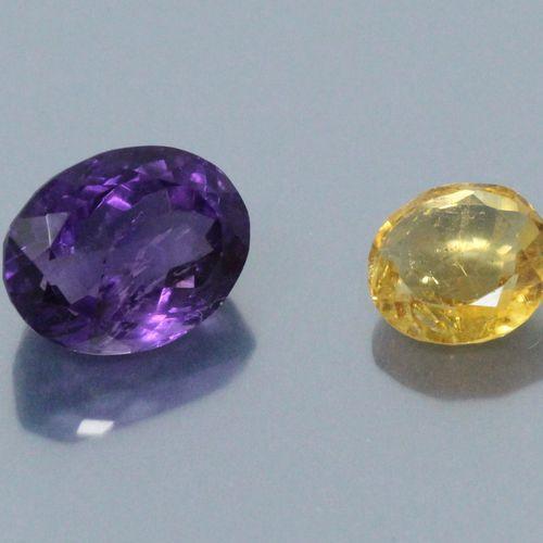 Lot de deux pierres sur papier comprenant :   une améthyste ovale accompagnée d'…