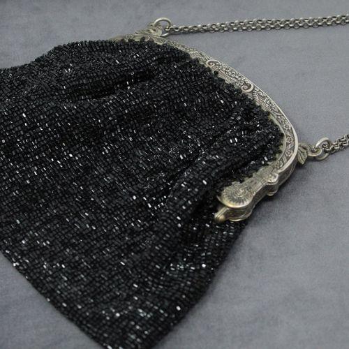 Sac à main en perles noirs et monture en argent.  Travail XIXe.  (Accidents & ma…