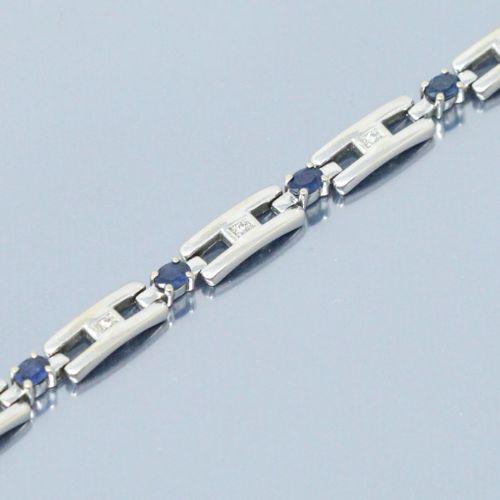 Bracelet articulé or gris 18K (750) à maillons rectangulaires piqués d'un diaman…