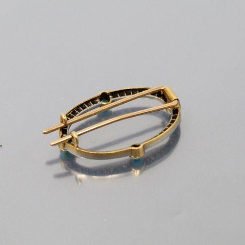 Broche ovale en or jaune 18K (750) et platine pavée de diamants et rehaussée de …