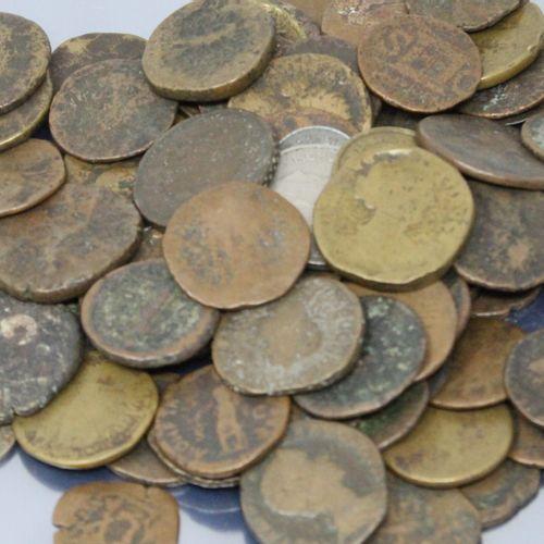 Lot de pièces anciennes principalement en métaux non précieux.