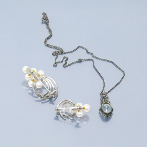 Lot de bijoux fantaisies comprenant :  Broche en métal ornée de 4 perles  Broche…