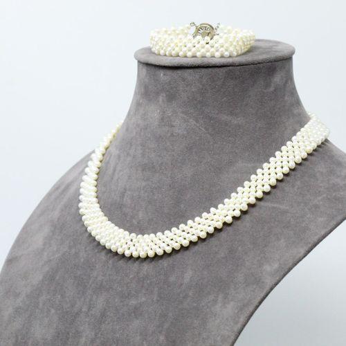 Demi parure composée d'un collier et d'un bracelet de perles de fantaisie.  Ferm…