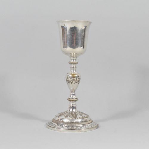 Calice en argent à décor floral encadrant le dessin d'une croix. Intérieur doré.…