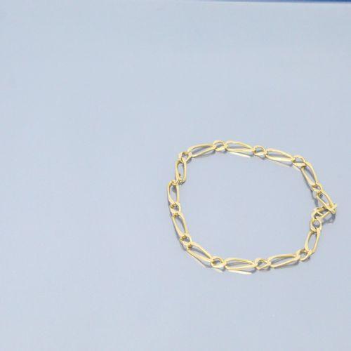 Bracelet en or jaune 18k (750) à maille cheval.  Fermoir soudé.  Poinçon tête d'…