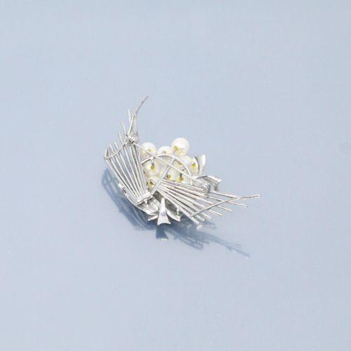 Broche en argent ornée de onze perles.  Dimensions : 6.5 x 3.3 cm. Poids brut : …