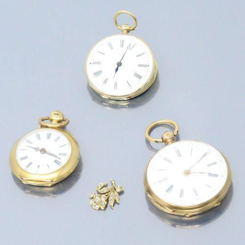 Lot de trois montres de col en or jaune 18k (750). On y joint un débris d'or orn…