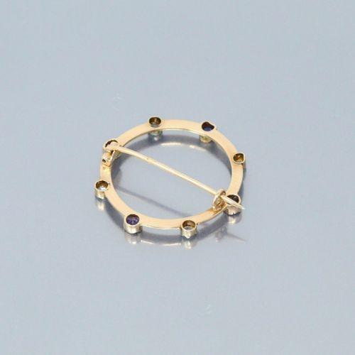 Broche ronde en or jaune 18k (750) ornée de diamants taille ancienne et de saphi…