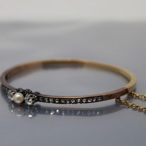 Bracelet rigide en or jaune 18k (750) et platine orné d'une petite perle de cult…