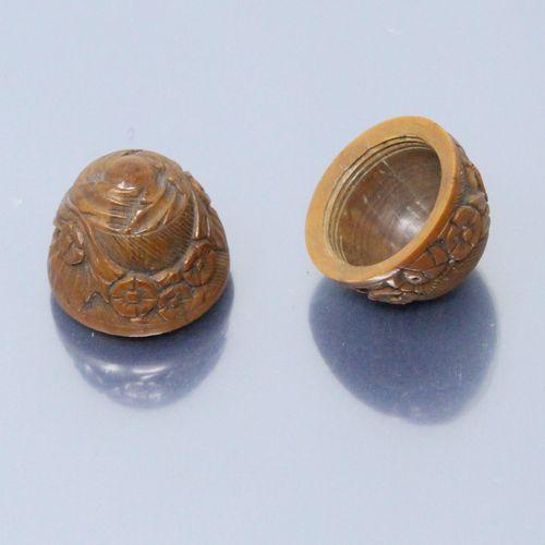 Oeuf à repriser ou boîte à chapelet en noix de corozo à décor floral sculpté. XI…
