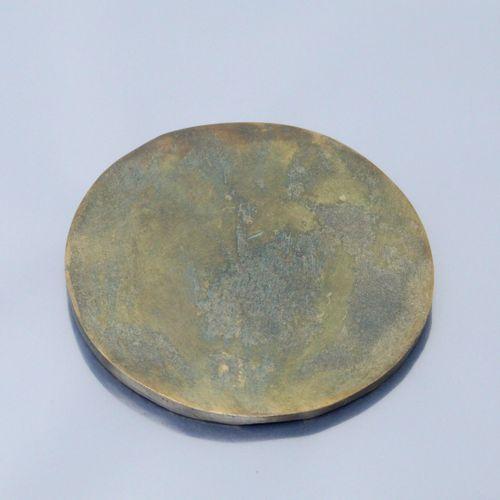 """Médaille en bronze uniface représentant une femme en marche """" croire / agir / sa…"""