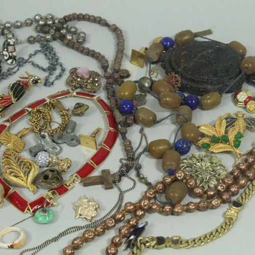 Lot fond de tiroir de bijoux fantaisie.  On y joint un lot de boutons militaires…