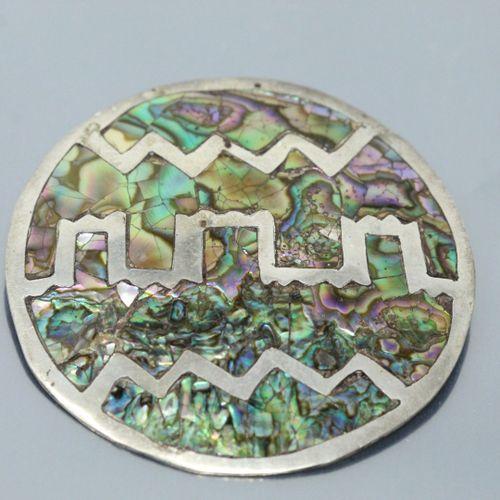 Broche/médaillon en argent ornée de nacres (acc. Et manques).  Diam. : 57 mm Poi…