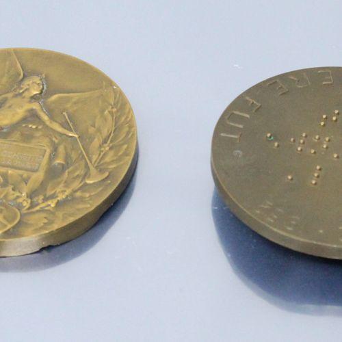 Deux médailles de table en bronze.   Louis Braille de profil droit 1809 1852, en…