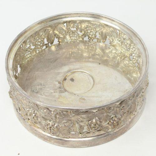 Christian Dior  Surtout de table ajouré en métal argenté à décor de raisin.  Dia…