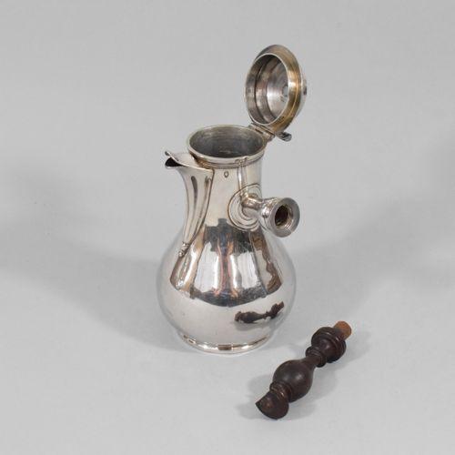 Petite chocolatière en argent (950).  Poinçon au Coq.  Travail début XIXe.  Poid…