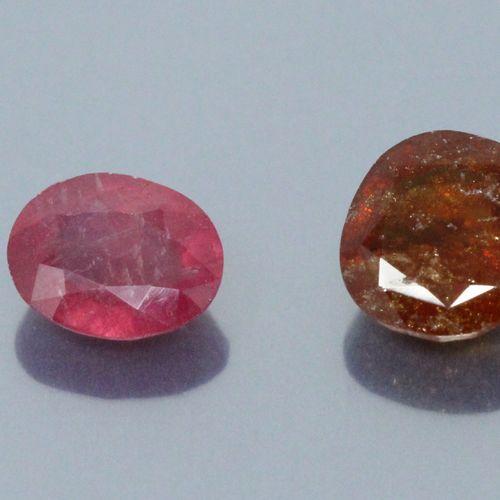 Lot de deux pierres sur papier comprenant :   un rubis ovale accompagné d'un rap…