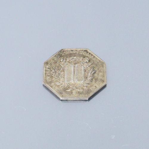 Jeton octogonal en argent des Notaires de LYON.  Avers : code ouvert posé sur ma…